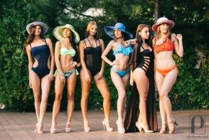 Au atras toate privirile barbatilor cu formele lor voluptoase! Modele fierbinti au defilat in costume de baie sexy la Perfect White Party - VIDEO