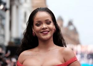 Nu iti vei putea lua ochii! Rihanna, aparitie superba, intr-o rochie rosie si cu un decolteu superb - FOTO