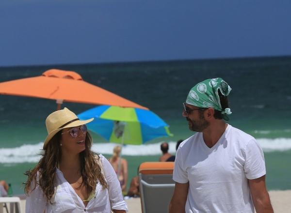 Eva Longoria, aparitie neasteptata la plaja! Dupa ce paparazzii au surprins-o cu celulita la vedere, s-a invatat minte - FOTO