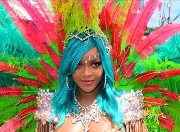 Rihanna, intr-un costum foarte sexy, pe plaiurile natale. Cantareata a aparut aproape goala la festivalul din Barbados - FOTO