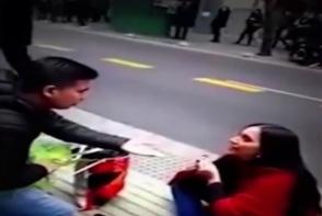 O tanara s-a pus in genunchi si si-a cerut iubitul in casatorie! Finalul este de-a dreptul surprinzator - VIDEO