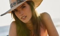 Alessandra Ambrosio, provocatoare, intr-o sedinta foto incendiara. Modelul a pozat topless - FOTO