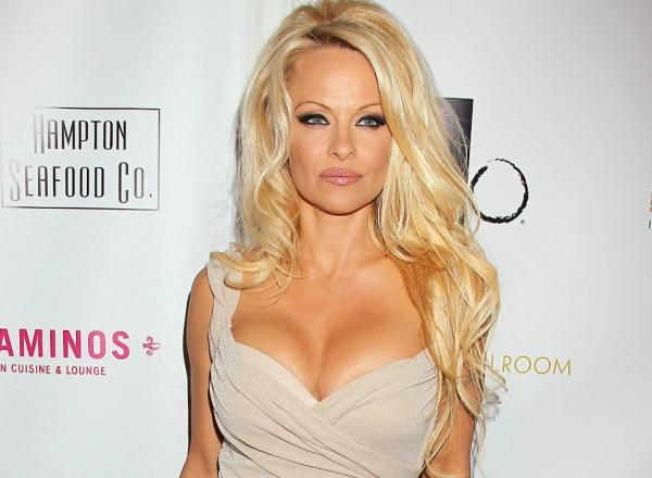 Pamela Anderson, in costum de baie, la 50 de ani. Cum arata cu adevarat corpul vedetei Playboy - FOTO