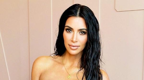 Kim Kardashian, imagine incendiara. A pozat goala intr-un copac  -FOTO