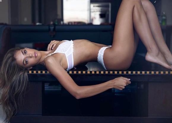 Are 19 ani si pozeaza super sexy! Imagini incendiare cu fiica lui Sylvester Stallone - FOTO