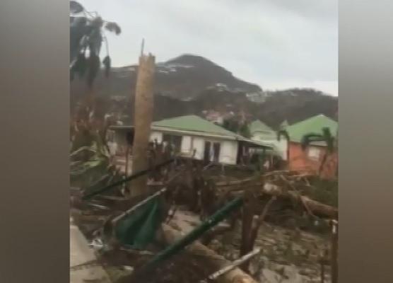 Clipe de cosmar pentru o moldoveanca stabilita in St Maarten, regiunea devastata de uraganul Irma. Imaginile socante surprinse cu telefonul, in timp ce urca in masina si fuge de furia furtunii - VIDEO