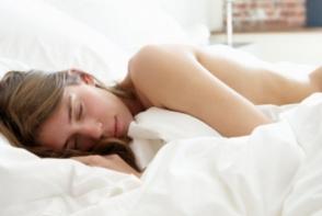 Ajuns acasa, a gasit o femeie necunoscuta, dormind dezbracata in patul lui. A facut un singur lucru