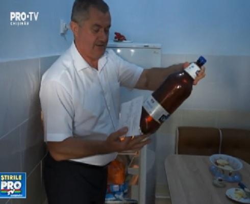 """Bere si scrumbie in frigiderul pentru produsele lactate. Asta a gasit primarul intr-o gradinita din Causeni: """"Inseamna ca trebuia sa fie o betie"""". Cum au ajuns produsele acolo - VIDEO"""