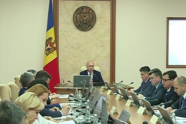 In declaratia de avere, premierul Pavel Filip a declarat ca a castigat peste 143 de mii de lei din salariu si cam tot atat din depozitele de la cateva banci din capitala. El este proprietarul a 10 terenuri - VIDEO