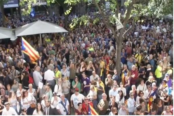 Strazile Barcelonei, invadate de mii de protestatari, dupa arestarea a 14 oficiali ai guvernului din Catalonia, care vrea sa organizeze un referendum pentru independenta regiunii.