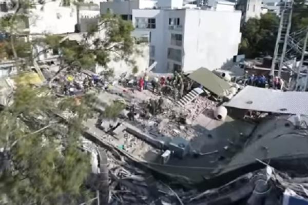 """Nou bilant dupa seismul din Mexic. Momentul in care cativa copii sunt scosi de sub peretii unei scoli: """"Atent, sa nu cada betonul peste ei. Hai, micutule, vino aici"""" - VIDEO"""