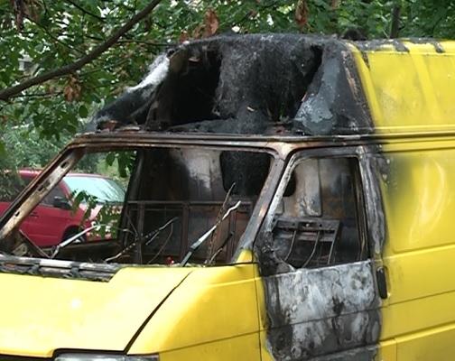 Al cui este microbuzul? A ars, a fost stins si a ramas asa intr-o curte de la Botanica, iar locuitorii de acolo cer sa fie evacuat. Elevii isi petrec timpul in el - VIDEO