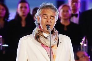 Andrea Bocelli, surprins la plaja alaturi de sotia cu 25 de ani mai tanara! Cat de frumoasa si senzuala e femeia care l-a cucerit - FOTO