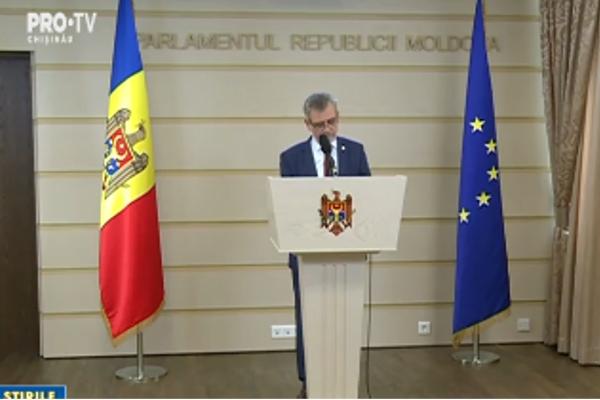 """In timp ce un grup de deputati vrea ca in Constitutie """"moldoveneasca"""" sa fie inlocuita cu romana, unii colegi de-ai lor au nevoie de casti ca sa inteleaga limba romana - VIDEO"""