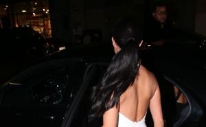 Din spate, pare o rochie obisnuita. Cand se intoarce cu fata insa... Uite ce decolteu uluitor a afisat Demi Rose - FOTO