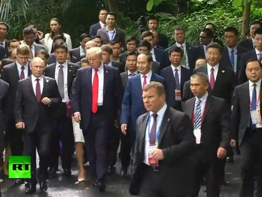 Vladimir Putin si Donald Trump nu au avut o discutie separata nici in a doua zi a summitului din Vietnam, insa au schimbat, totusi, cateva cuvinte din mers - VIDEO