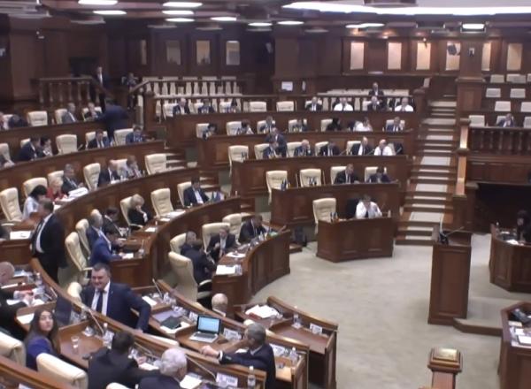 """Vor vota toti deputatii PD pentru ca in Constitutie sa fie limba romana? Gamurari: """"Nu exista o pozitie unica. Plahotniuc a spus ca pentru el e romana, dar nu exista o directiva de la partid"""" - VIDEO"""