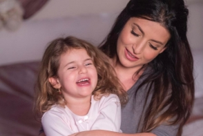 Mama si fiica, in rochii identice. Iata cum si-au asortat tinutele de sarbatoare Jasmin si Margarita Shor - FOTO