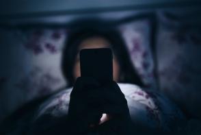 Obisnuiesti sa stai pe telefon, in intuneric? Consecintele pot fi extrem de grave - FOTO