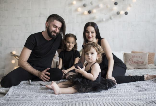 Caldura sarbatorilor de iarna in fotografii! Cristina si Garry Cozma, alaturi de cele doua fiice, au realizat o sedinta foto impresionanta - VIDEO