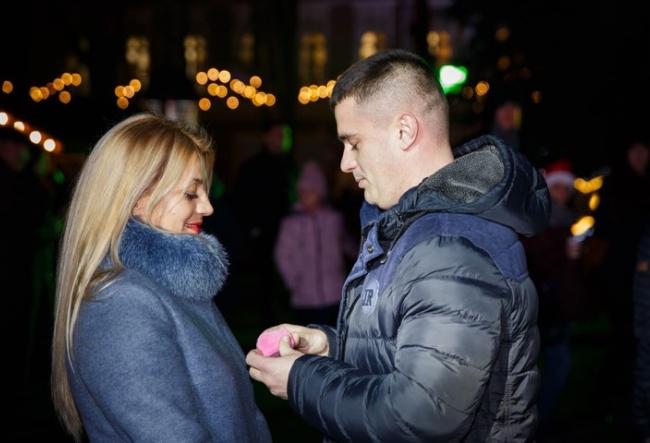 Moment magic la Targul de Craciun! A iesit la o plimbare cu iubitul ei, dar s-a trezit cu inelul pe deget - VIDEO
