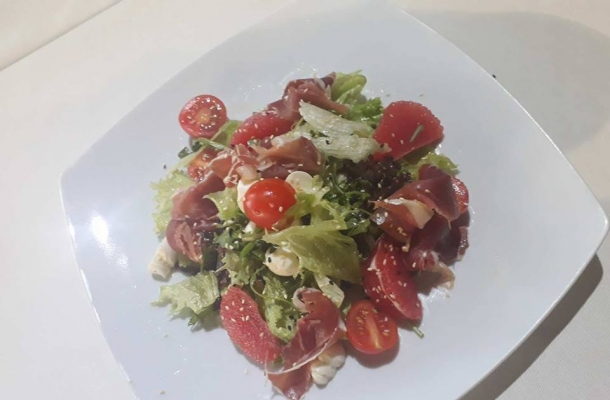 Salata de Revelion, fara maioneza, delicioasa, care se prepara in 15 minute! Bucatarul-sef al unui local din Chisinau iti arata reteta pas cu pas - VIDEO