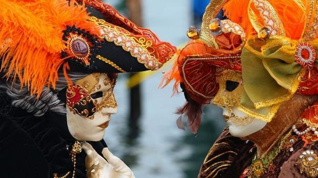 Pentru cateva ore, carnavalul Venetian s-a mutat la Chisinau. Oameni de vaza, cu masti pe fata au donat bani pentru scopuri caritabile - VIDEO