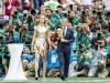 Natalia Vodianova a inmanat trofeul Campionatului Mondial de Fotbal, intr-o rochie la fel de stralucitoare ca acesta. Tinuta e semnata de o renumita casa de moda - FOTO- FOTO