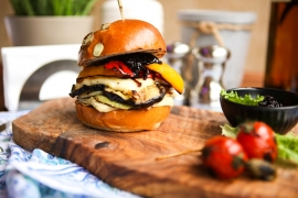 Ai preparat vreodata un burger vegetarian? Silvia Petrov iti prezinta o reteta delicioasa, simpla si foarte sanatoasa - VIDEO